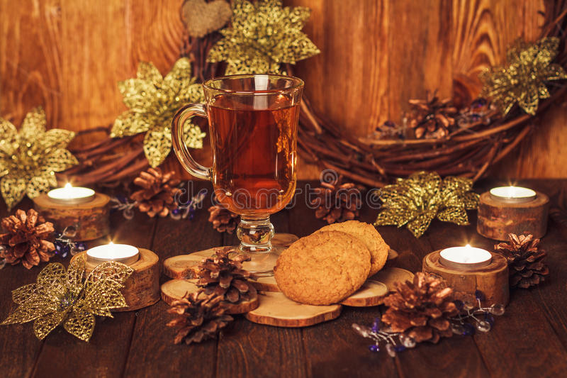 Kerstmislijst met glas thee royalty-vrije stock foto's