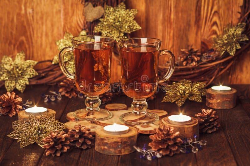 Kerstmislijst met glas twee thee stock fotografie