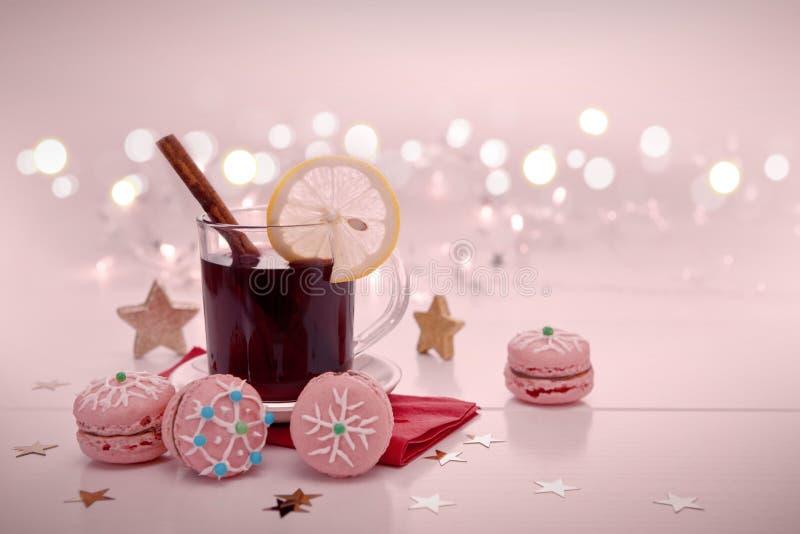 Kerstmismakarons en overwogen wijn op onduidelijk beeldachtergrond royalty-vrije stock foto's