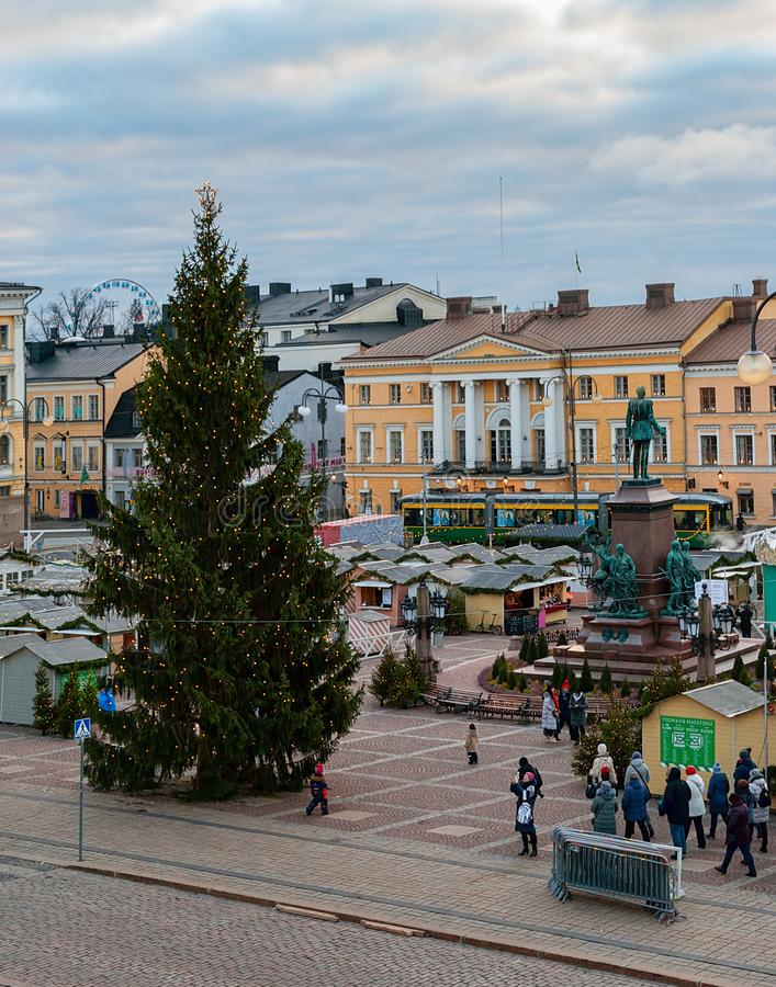 Kerstmismarkt bij het Senaatsvierkant in ochtend Weergeven van de Kathedraal van Helsinki stock fotografie