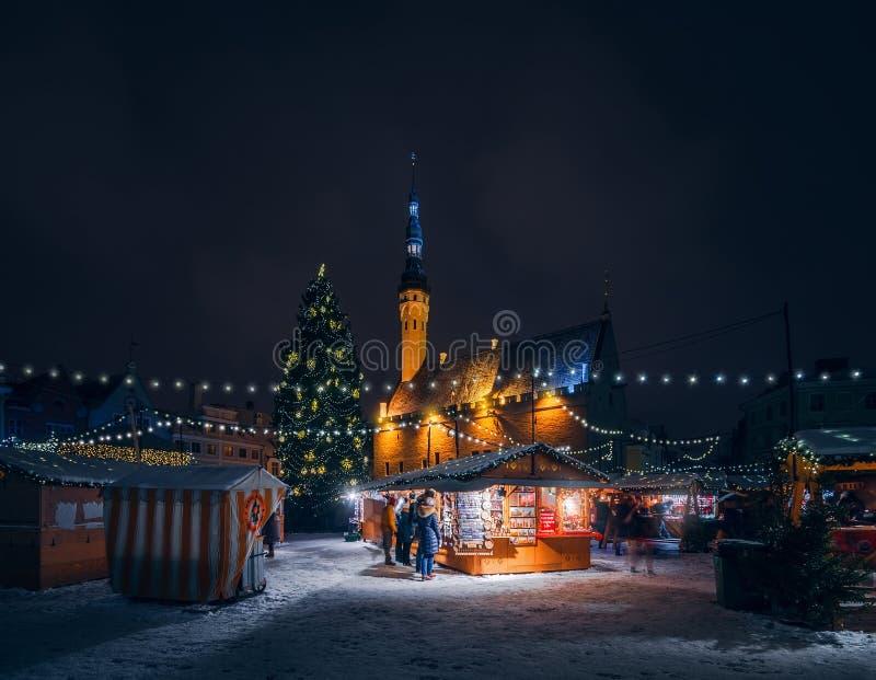 Kerstmismarkt bij het Stadhuisvierkant in Tallinn stock foto
