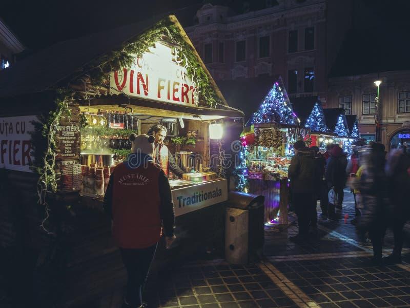 Kerstmismarkt bij nacht, Brasov, Roemenië stock afbeeldingen