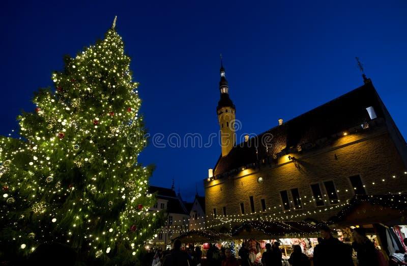 Kerstmismarkt bij stadhuisvierkant in de Oude Stad van Tallinn, Estland royalty-vrije stock fotografie
