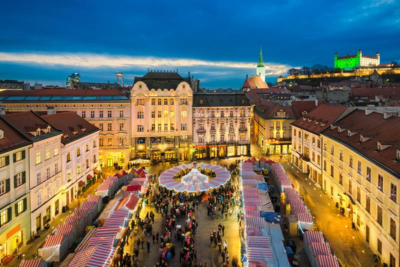 Kerstmismarkt in Bratislava, Slowakije stock afbeelding