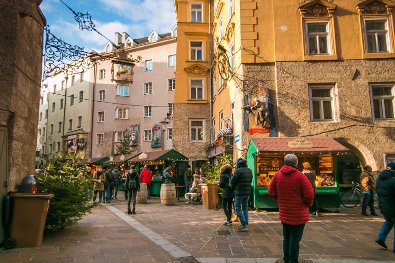 Kerstmismarkt in de beroemde verhaalstraat van Innsbruck in Tirol, Oostenrijk royalty-vrije stock fotografie