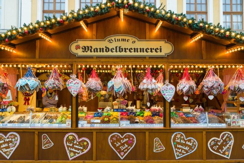 Kerstmismarkt in de oude stad van Potsdam. Verkopende traditionele snoepjes en peperkoek. royalty-vrije stock foto's