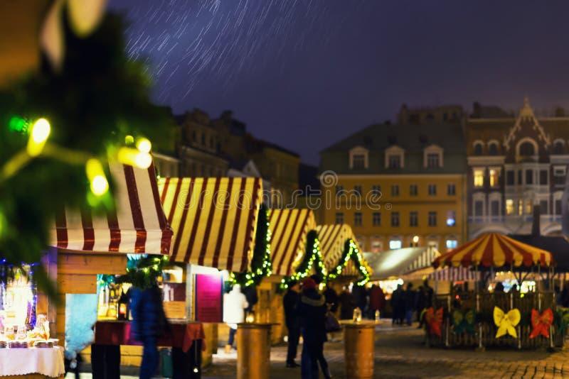 Kerstmismarkt in de sneeuw op het Koepelvierkant in Riga stock afbeeldingen