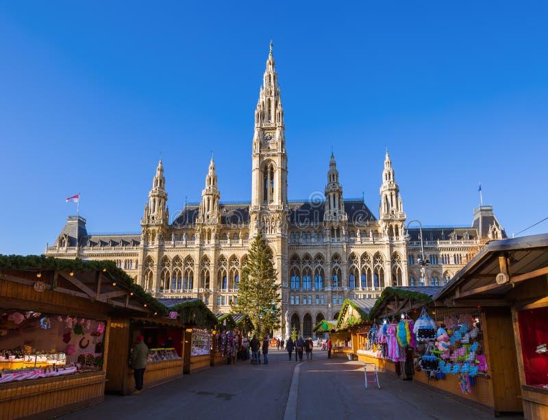 Kerstmismarkt dichtbij Stadhuis in Wenen Oostenrijk royalty-vrije stock afbeelding
