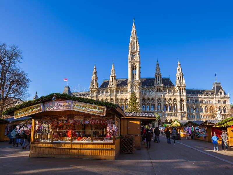 Kerstmismarkt dichtbij Stadhuis in Wenen Oostenrijk royalty-vrije stock foto's