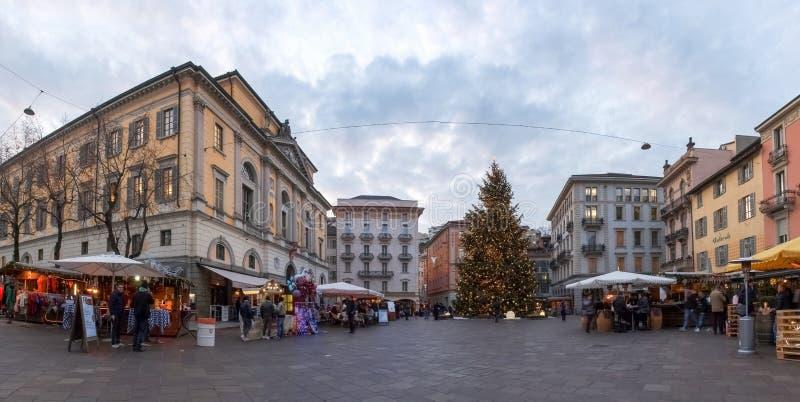 Kerstmismarkt met aangestoken en verfraaide hutten stock afbeeldingen