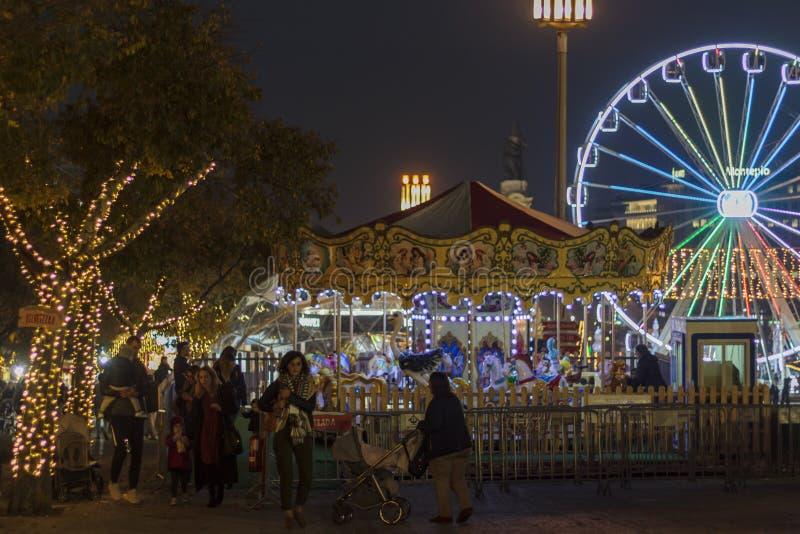 Kerstmismarkt met vermaakritten stock foto