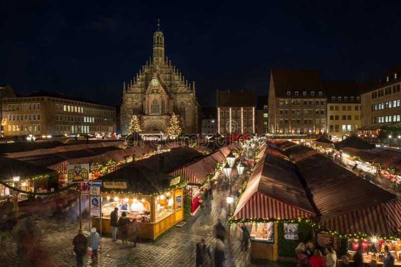 Kerstmismarkt in Nuremberg bij nacht royalty-vrije stock foto's