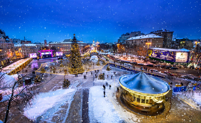 Kerstmismarkt op Sophia Square in Kyiv, de Oekraïne Sneeuwtijd in Kiev stock afbeeldingen