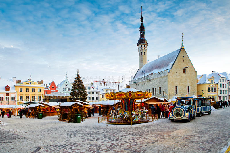 Kerstmismarkt op stadhuisvierkant in Tallinn, Estland stock afbeelding
