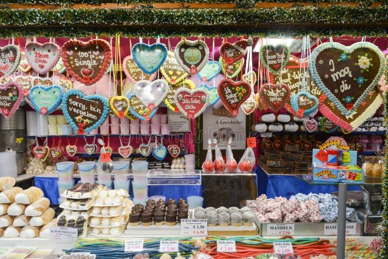 Kerstmismarkt in Rathausplatz in Wenen, Oostenrijk stock foto's