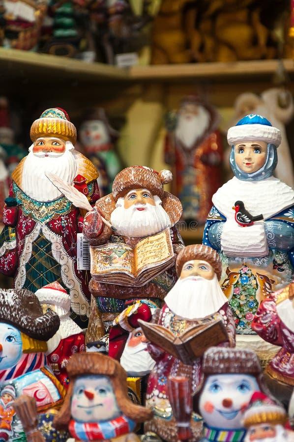 Kerstmismarkt in Rood Vierkant, Moskou Verkoop van speelgoed, beroemde en populaire sprookjekarakters, beeldjes stock foto's