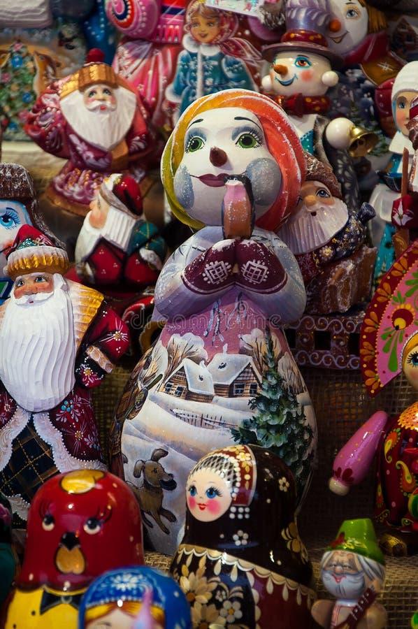 Kerstmismarkt in Rood Vierkant, Moskou Verkoop van speelgoed, beroemde en populaire sprookjekarakters, beeldjes royalty-vrije stock afbeeldingen