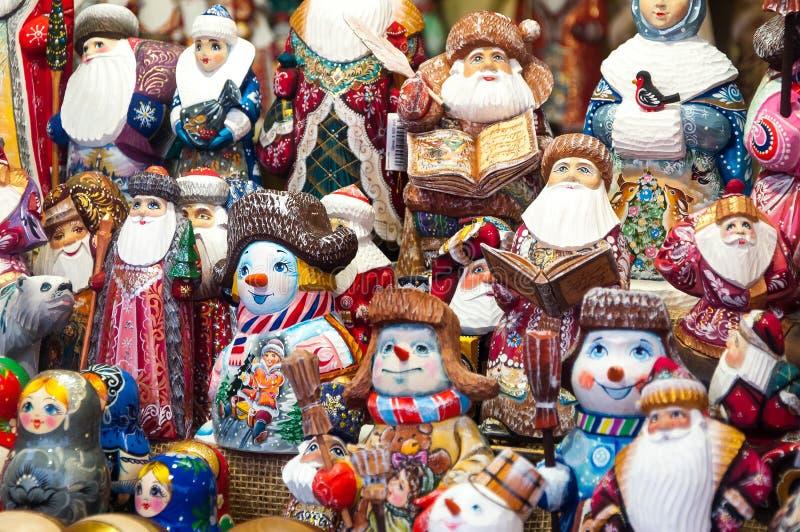 Kerstmismarkt in Rood Vierkant, Moskou Verkoop van speelgoed, beroemde en populaire sprookjekarakters, beeldjes royalty-vrije stock afbeelding
