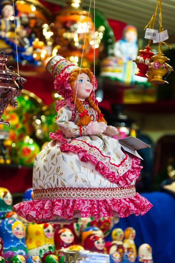 Kerstmismarkt in Rood Vierkant, Moskou Verkoop van speelgoed, beroemde en populaire sprookjekarakters, beeldjes Matryoshka royalty-vrije stock afbeeldingen