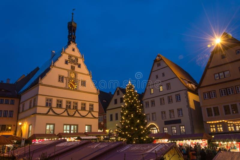Kerstmismarkt in Rothenburg ob der Tauber, Duitsland tijdens blu royalty-vrije stock afbeelding