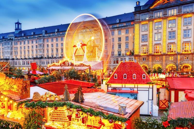 Kerstmismarkt van Dresden, mening van hierboven, Duitsland, Europa De Kerstmismarkten is traditionele Europese de Wintervakanties royalty-vrije stock foto's