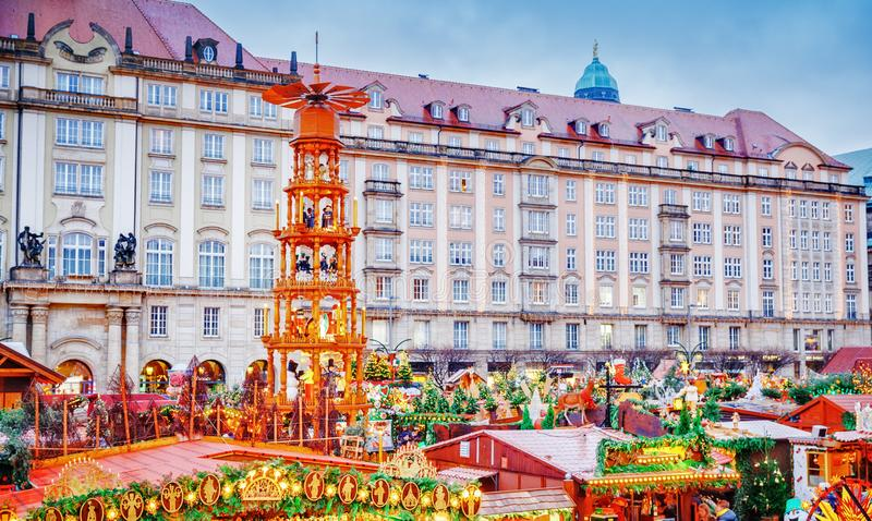 Kerstmismarkt van Dresden, mening van hierboven, Duitsland, Europa De Kerstmismarkten is traditionele Europese de Wintervakanties royalty-vrije stock fotografie