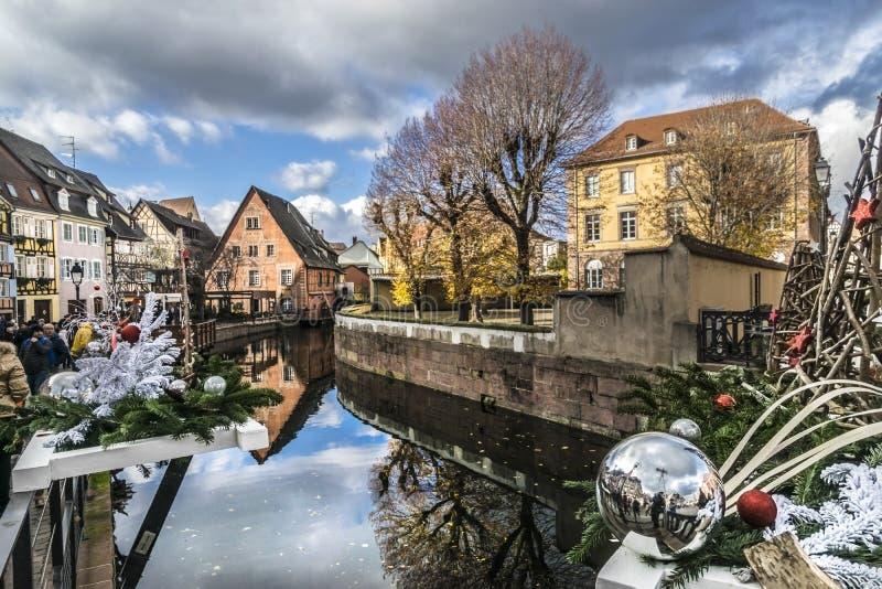 Kerstmismarkten op Colmar straten stock afbeeldingen