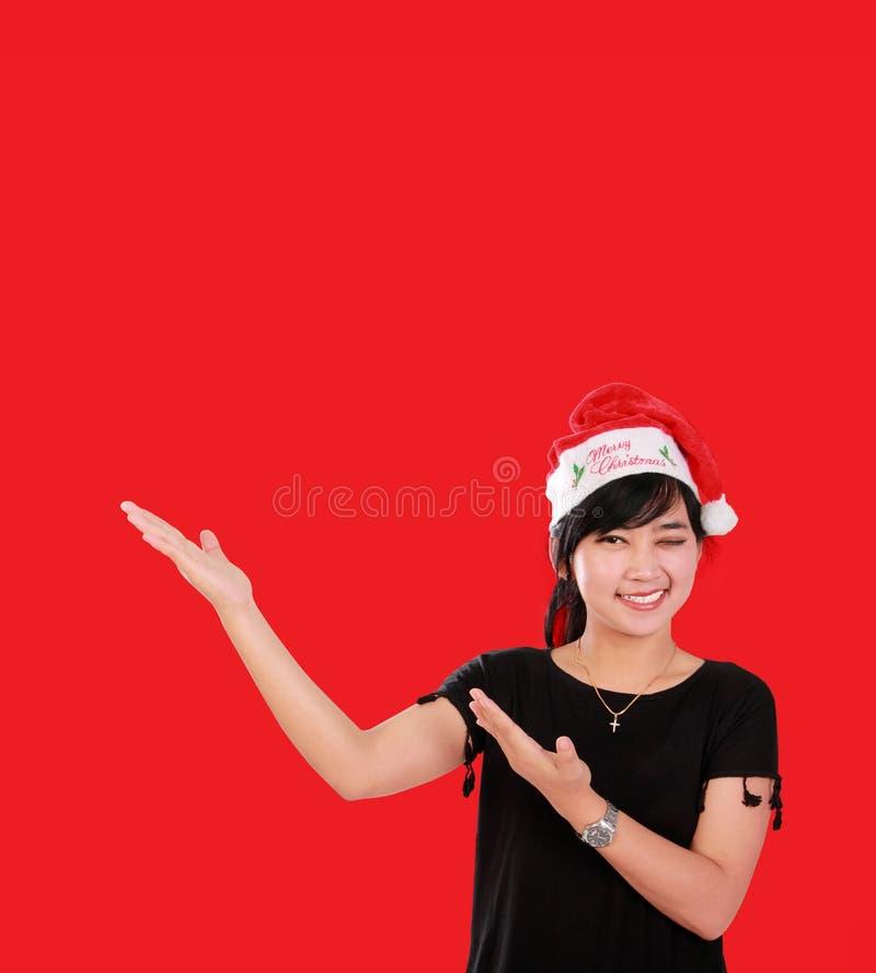 Kerstmismeisje met bovenkant copyspace over rood stock afbeeldingen