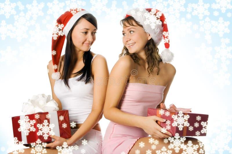 Kerstmismeisjes van de schoonheid in rode hoed met doosgift stock afbeeldingen