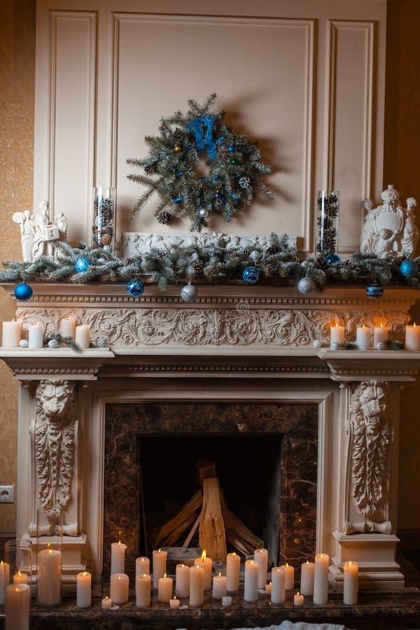 Kerstmisopen haard met kaarsen royalty-vrije stock foto