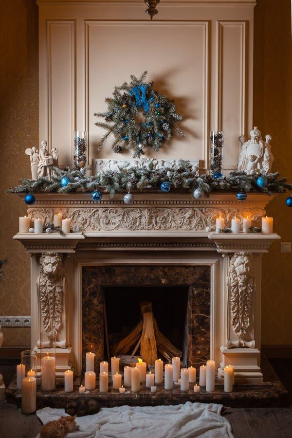 Kerstmisopen haard met kaarsen en decoratie royalty-vrije stock afbeelding