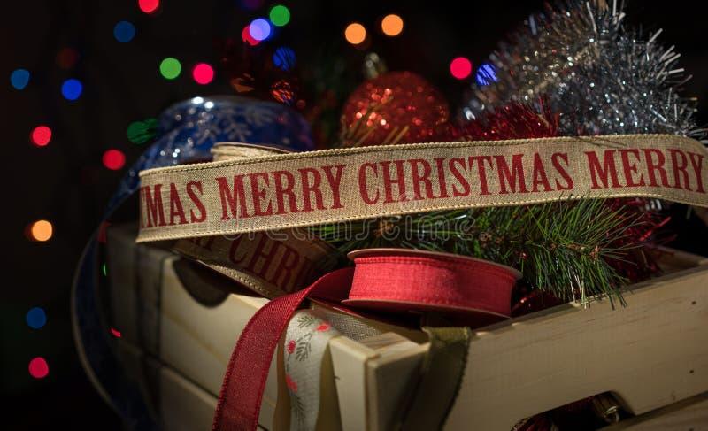 Kerstmisornament en lint in een opslagdoos stock afbeelding