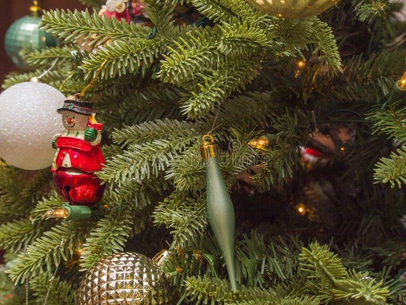 Kerstmisornament van de close-upsneeuwman op Kerstboom stock afbeeldingen