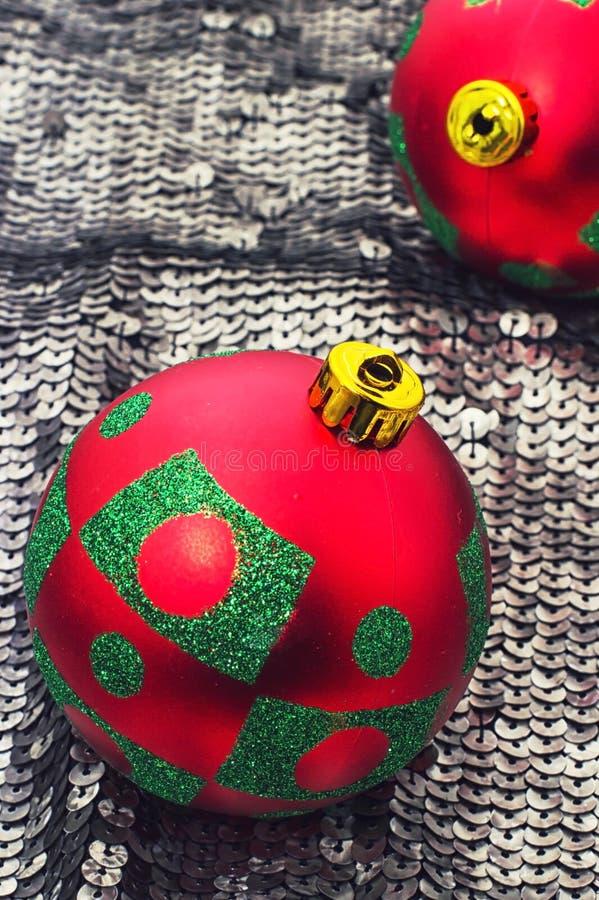 Kerstmisornamenten aan de de wintervakantie stock foto