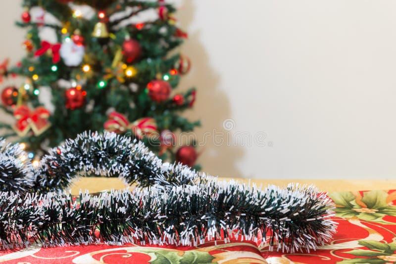 Kerstmisornamenten met boom en feestelijke bokehverlichting, vage vakantieachtergrond stock foto