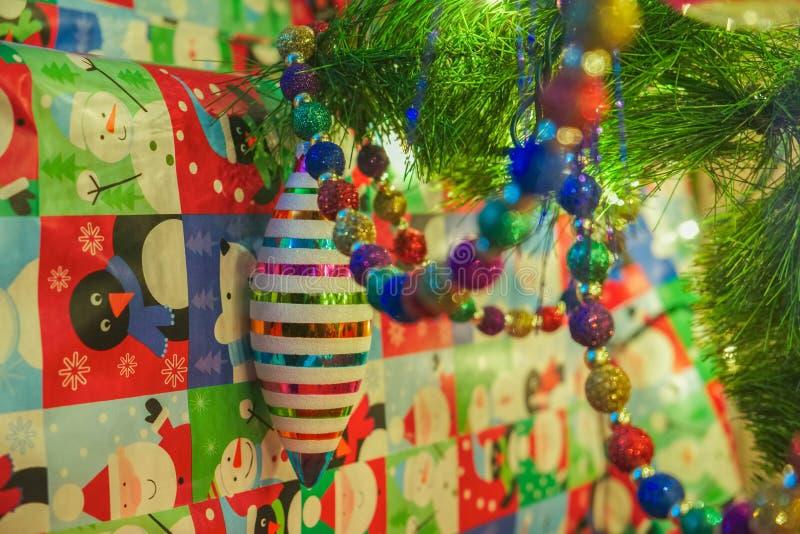 Kerstmisornamenten met giften stock fotografie