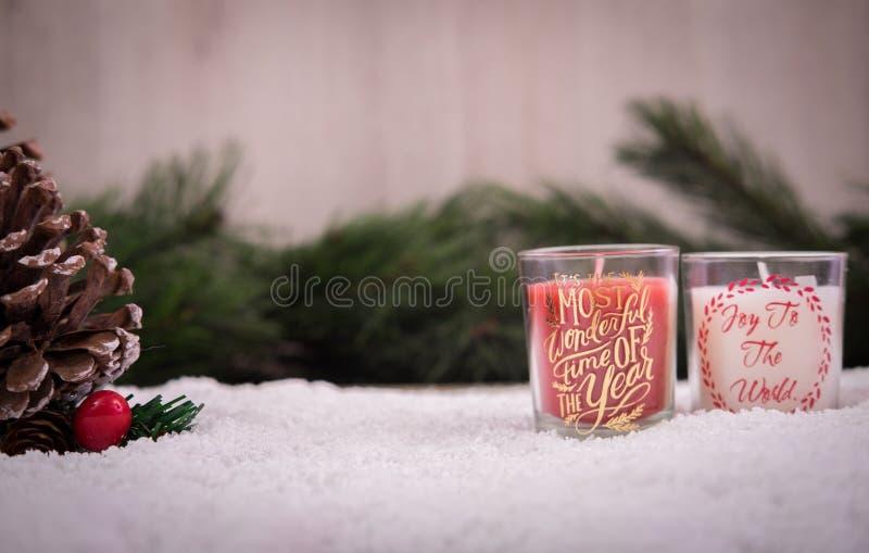 Kerstmisornamenten met sneeuw, pijnboomboom en kaars royalty-vrije stock afbeelding