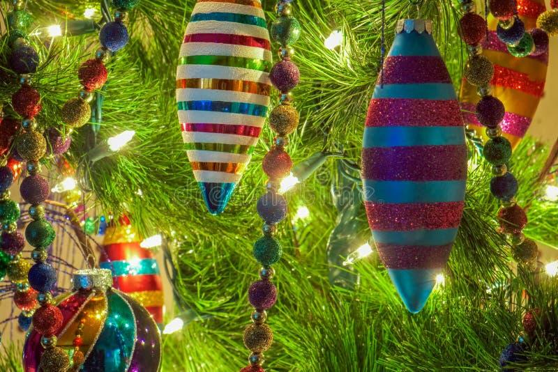 Kerstmisornamenten op een boom stock afbeelding