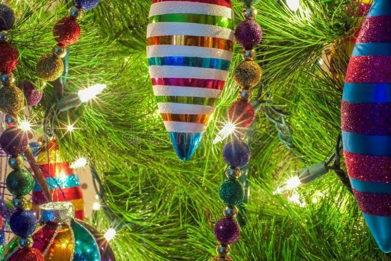 Kerstmisornamenten op een boom stock afbeeldingen