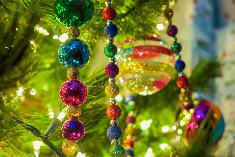 Kerstmisornamenten op een boom stock fotografie