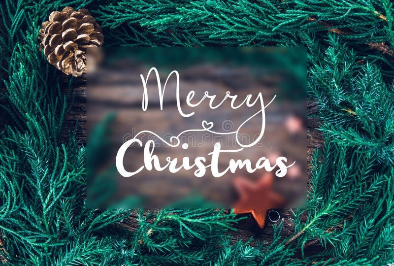 Kerstmisornamenten op houten achtergrond als kadergrens met mede stock fotografie