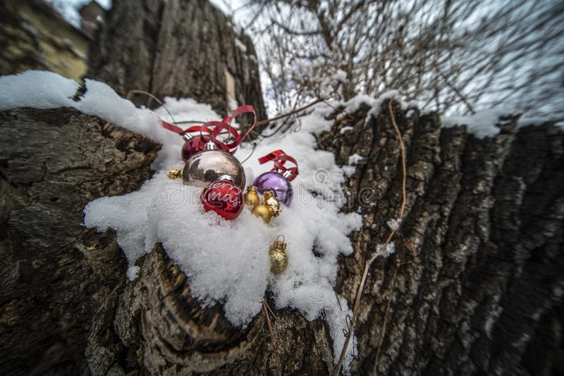 Kerstmisornamenten in Sneeuw royalty-vrije stock afbeelding