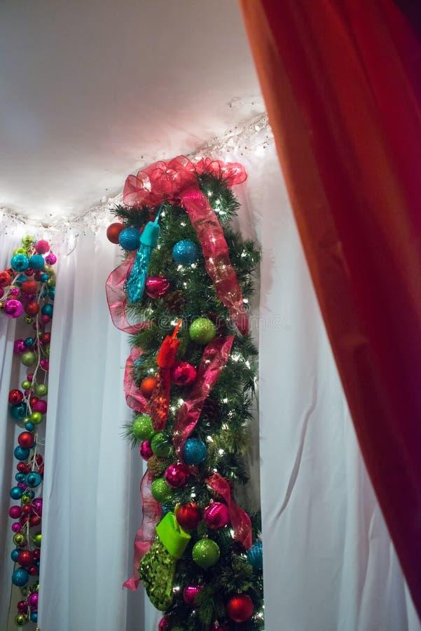Kerstmisornamenten van de close-upfonkeling in donkerblauw, purper, rood h stock fotografie