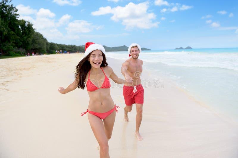 Kerstmispaar het gelukkige ontspannen op strandreis stock foto's