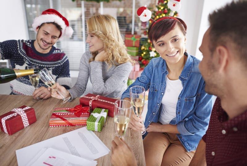 Kerstmispartij op het kantoor royalty-vrije stock afbeelding