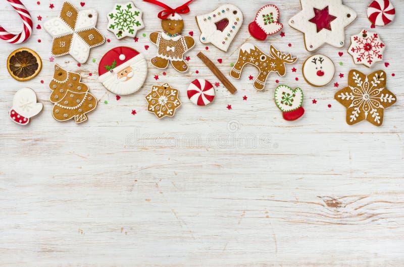 Kerstmispeperkoek en snoepjes op houten achtergrond met exemplaarruimte stock foto's