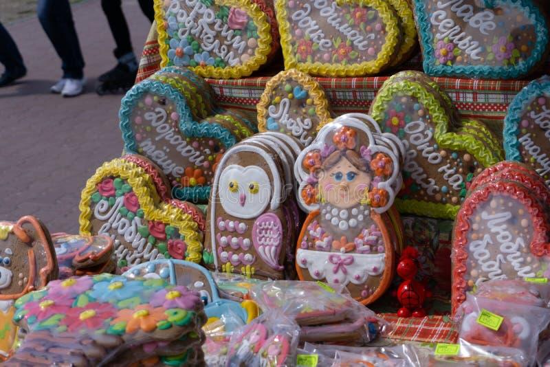 Kerstmispeperkoek met kruiden en decoratie op grijze steenachtergrond Hoogste mening met exemplaarruimte Rusland Berezniki 26 kan royalty-vrije stock foto's