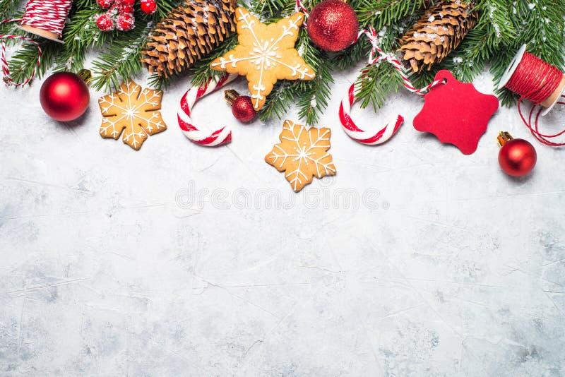 Kerstmispeperkoek, sneeuwspar en decoratie stock afbeeldingen