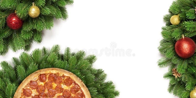 Kerstmispizza op witte achtergrond wordt geïsoleerd die De ruimte van het exemplaar royalty-vrije stock afbeelding