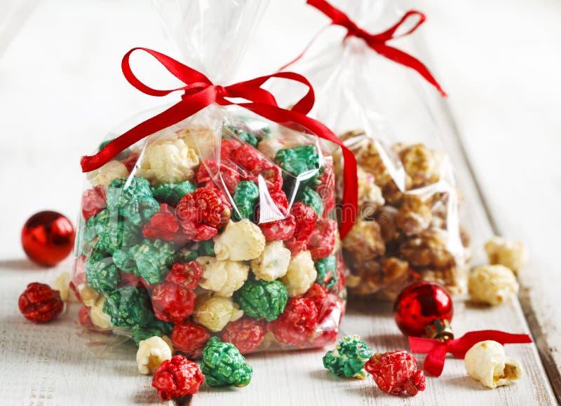 Kerstmispopcorn en witte chocolade en pepermuntpopcorn royalty-vrije stock foto